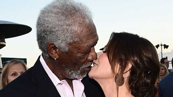 Morgan Freeman bacia Marcia Gay Harden a Los Angeles