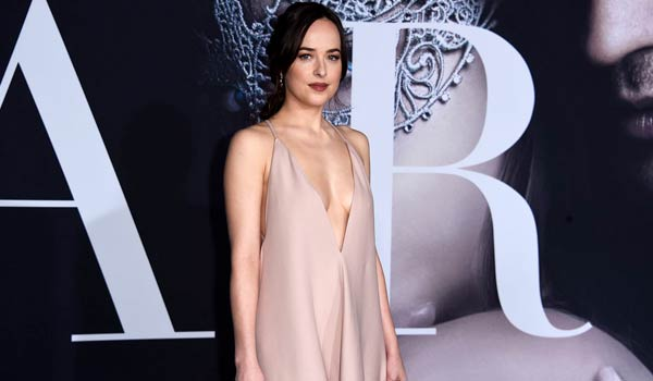 Dakota Johnson sensuale alla premiere