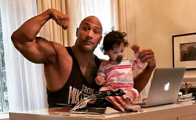 dwayne johnson in posa con la figlia