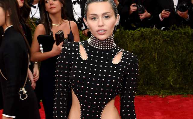 Miley Cyrus hackerata, le sue foto private finiscono online