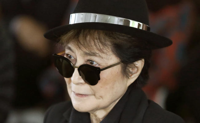 yoko ono sedia a rotelle central park