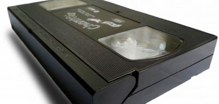 Scova una vecchia VHS in un armadio e non crede ai suoi occhi