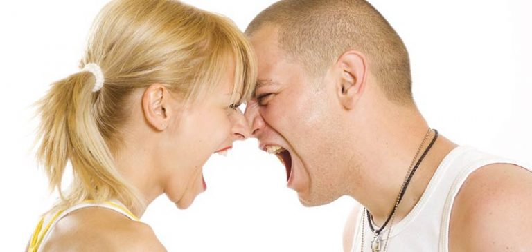 Il marito la spinge ad un intervento chirurgico, lei si sfoga sul web