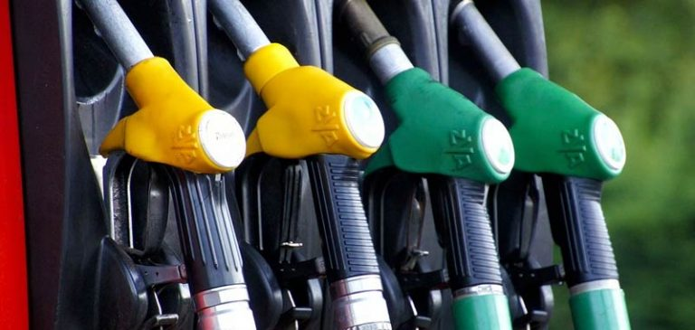 Pasqua all'insegna dei rincari alle pompe di benzina