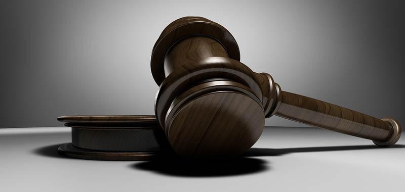 Avvocato spacca una sedia in testa al giudice
