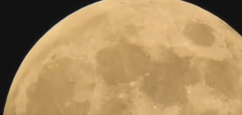Flotta UFO passa accanto alla Luna incredibile