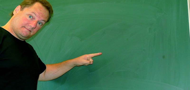 Insegnante commenta il compito di un alunno