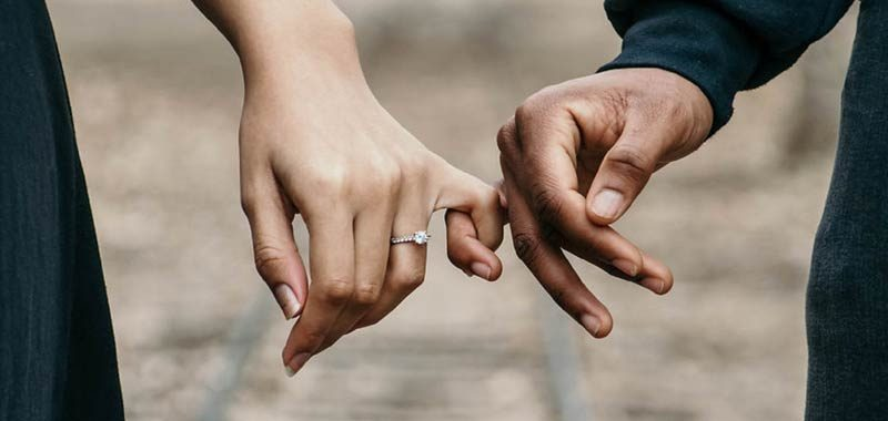 Si fidanza e le regala un anello fatto di capelli