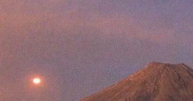 Ufo atterrano in un vulcano e una base