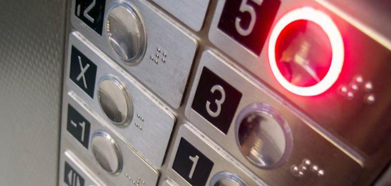 27 ore chiusa in ascensore: sopravvive bevendo vino