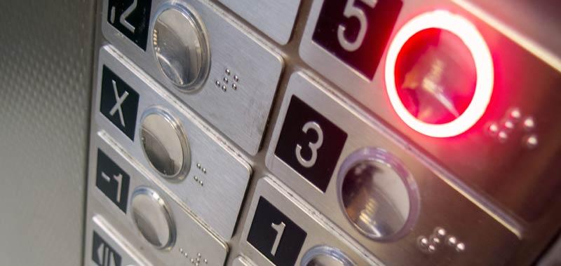 27 ore chiusa in ascensore sopravvive bevendo vino