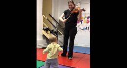 Bimbo sente il violino per la prima volta reazione adorabile