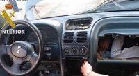 Incredibile nascondigno di un migrante nel cruscotto di un auto