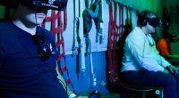 Salta fuori dal sediolino durante una seduta di realta virtuale