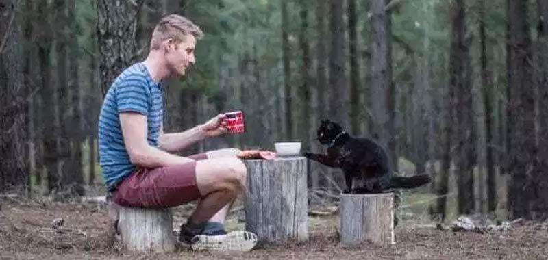 Si licenzia e vende tutto per viaggiare con il suo gatto