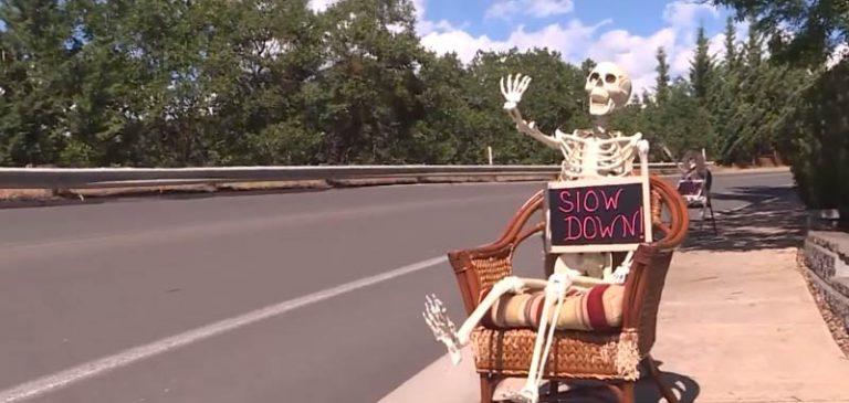 Uno scheletro sulla strada per far rallentare gli automobilisti