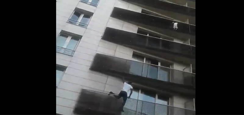 Uomo spiderman salva un bambino appeso al quinto piano