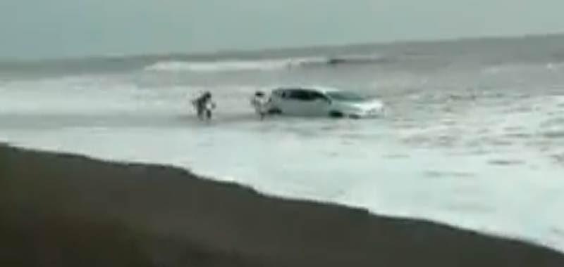 auto bloccata sulla spiaggia viene travolta dalle onde