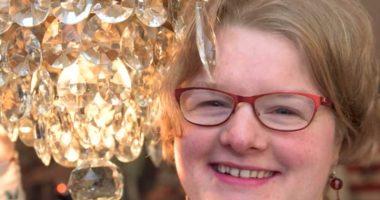 Donna sposa il suo lampadario e spiega il perche