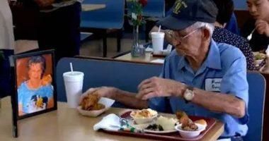 Innamorato della moglie mangia al ristorante con la sua foto