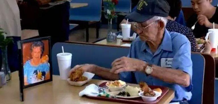 Innamorato della moglie, mangia al ristorante con la sua foto