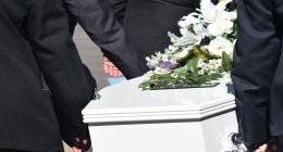 Canta nel carro funebre sommerso dalle polemiche