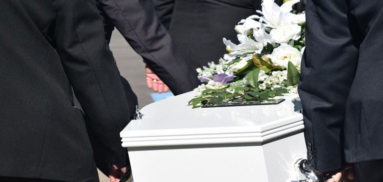 Canta nel carro funebre, sommerso dalle polemiche