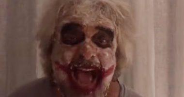 Beppe Grillo incita i suoi truccato da Joker