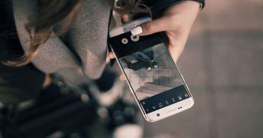Cade smartphone nella vasca muore folgorata
