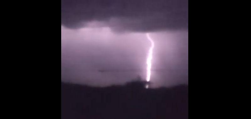 Fotografato oggetto misterioso durante una tempesta di fulmini