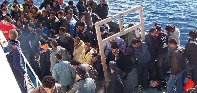 Lampedusa letteralmente sommersa dai migranti