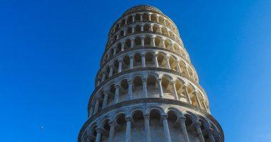 Torre di Pisa deturpata con una scritta da due americani