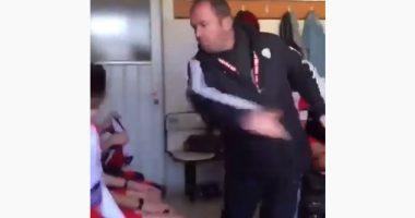 Turchia Allenatore motiva i calciatori prendendoli a schiaff