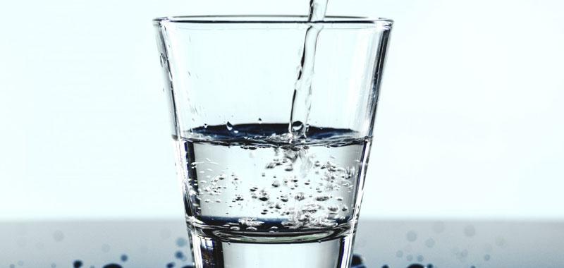 Acqua effervescente naturale richiamata per presenza di batteri