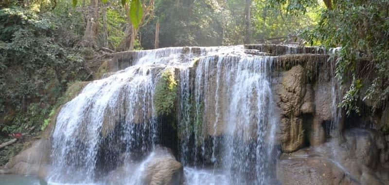 Thailandia Turista fa un selfie e precipita da una cascata