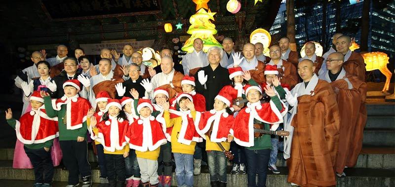 Natale in Corea del Nord luci addobbi alberi ma niente Gesu