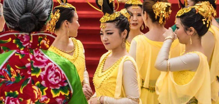 Cina, alla festa di nozze neo sposo mostra video del tradimento della moglie