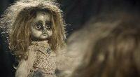 Getta la bambola nella spazzatura ma succede qualcosa di strano
