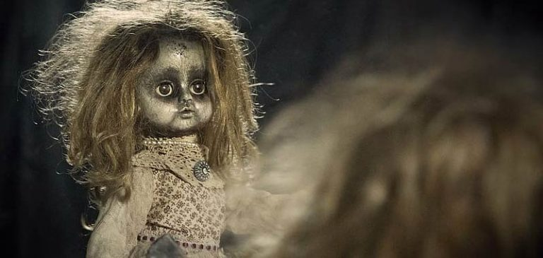 Getta la bambola nella spazzatura, ma succede qualcosa di strano