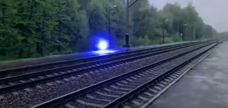 Misterioso globo di luce catturato sui binari del treno