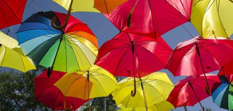 Aprire un ombrello in casa porta davvero sfortuna?