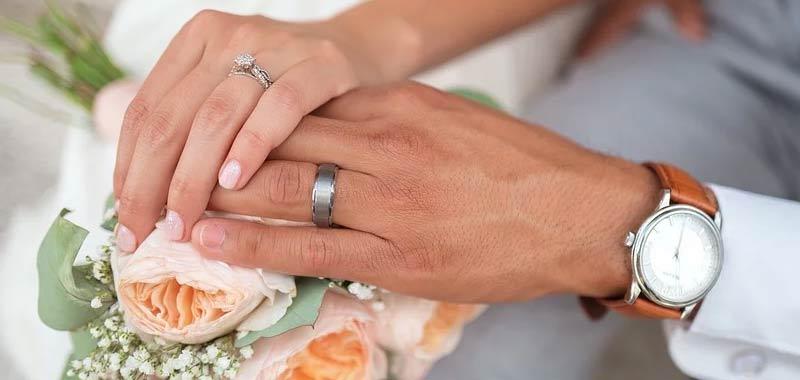 Condivide la foto del suo anello di nozze ma ce un particolare disgustoso