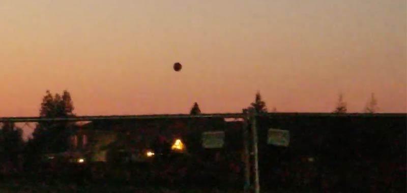 Incredibile sfera che fluttua filmata in California
