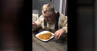 Mangio cosi gli spaghetti Gli arrivano fiumi di critiche sui social