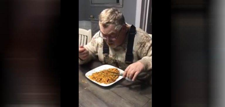 Mangio così gli spaghetti: Gli arrivano fiumi di critiche sui social