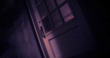 Pubblica una porta sul letto del figlio i commenti scappa da quella casa