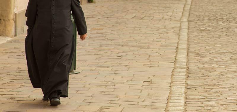 Vaticano toglie la toga ad un prete pedofilo