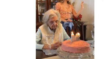 94 anni spegne la torta e lascia tutti di stucco