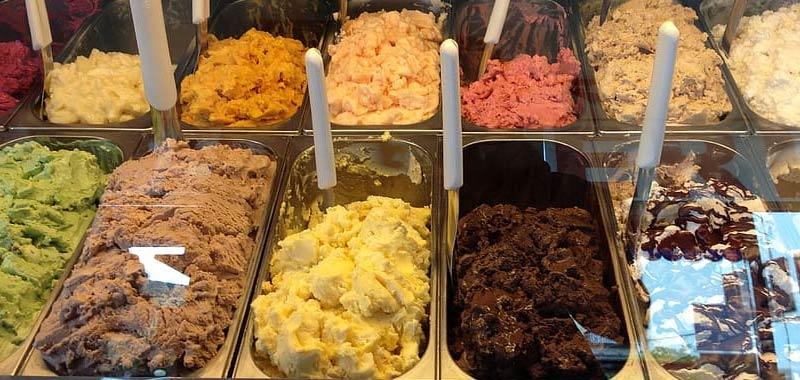 La nuova moda virale Leccare le confezioni di gelato nei supermercati