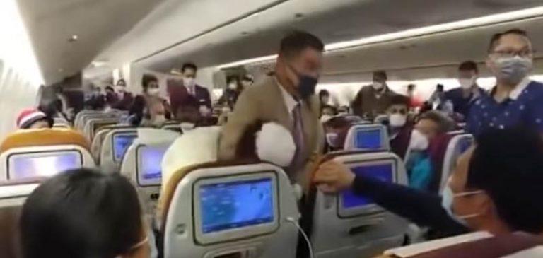 La trattengono sull'aereo, lei tossisce sulle persone